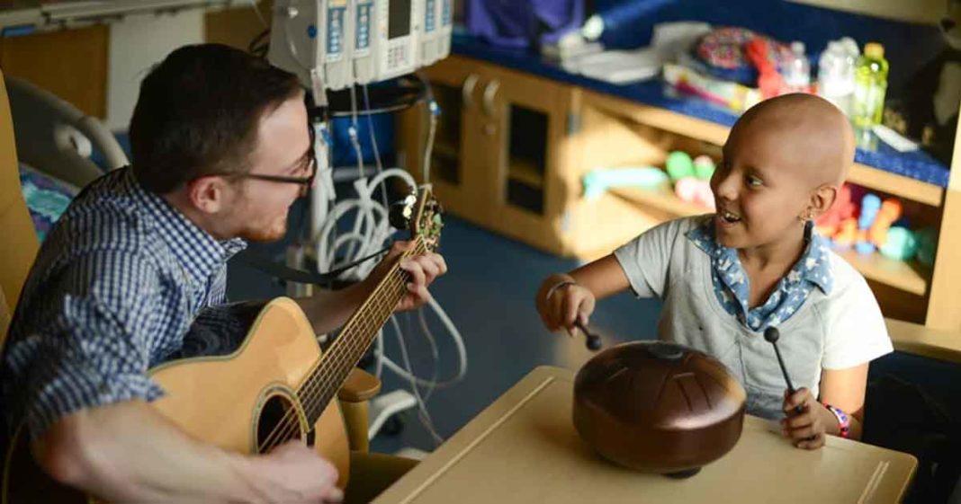 musicoterapeuta realiza sessão criança câncer