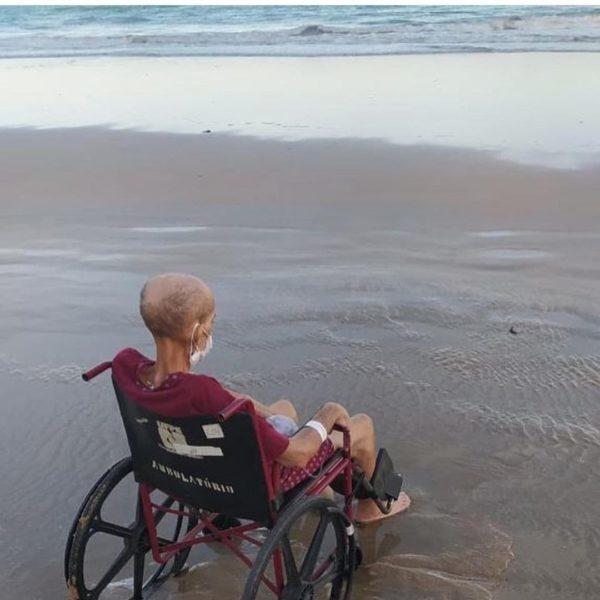 paciente com câncer pediu para ver o mar - Na foto, Luciano olha o mar em cadeira de rodas
