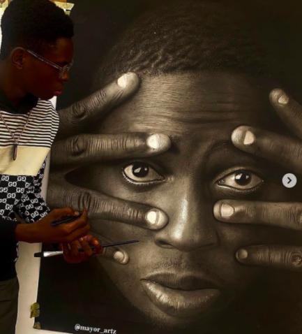 Jovem pintor nigeriano pintando autorretrato