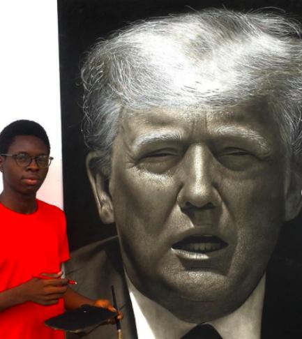 Jovem pintor nigeriano ao lado de quadro realista de Donald Trump