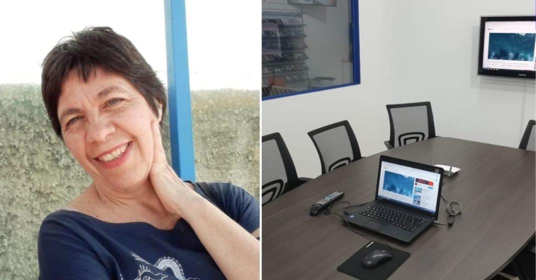 Foto de professora venezuelana e de sala de aulas com mesa, cadeiras, computador e TV