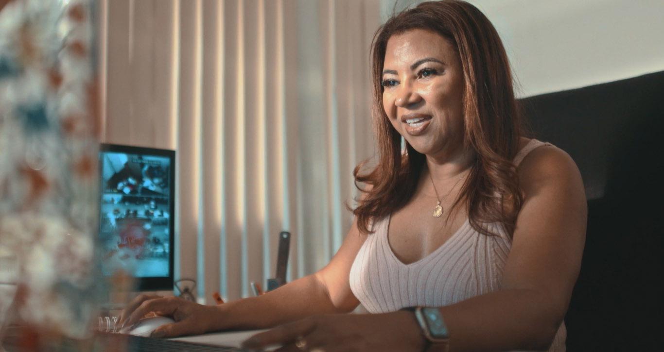 mulher empresária tupperware digitando computador sorrindo