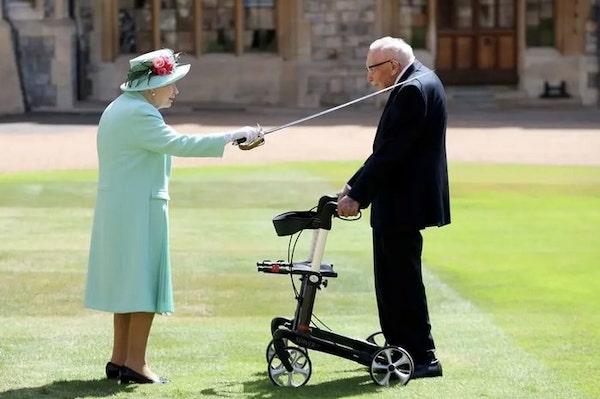 Rainha Elisabeth condecora Tom Moore como Sir da Inglaterra