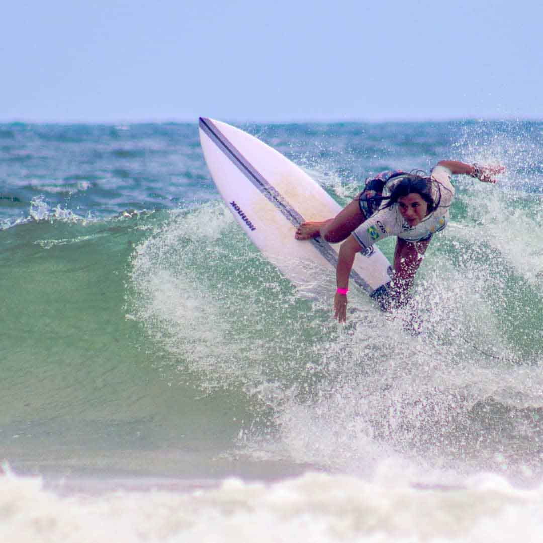 surfista juliana santos surfando onda