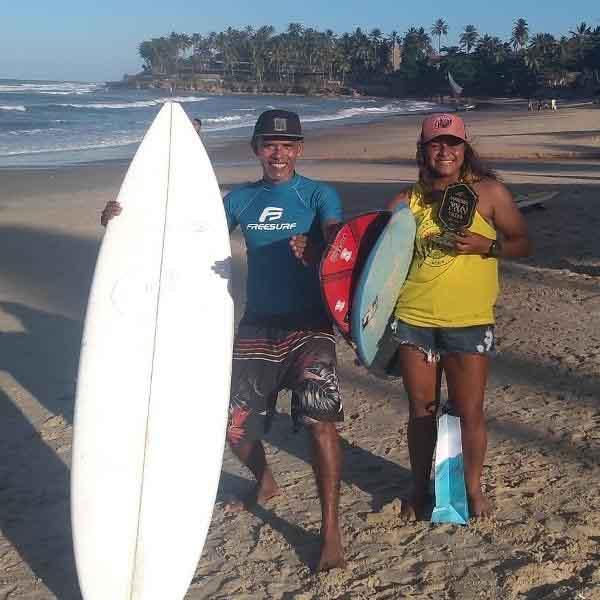 surfista juliana santos com fundador projeto social surfe na praia titanzinho