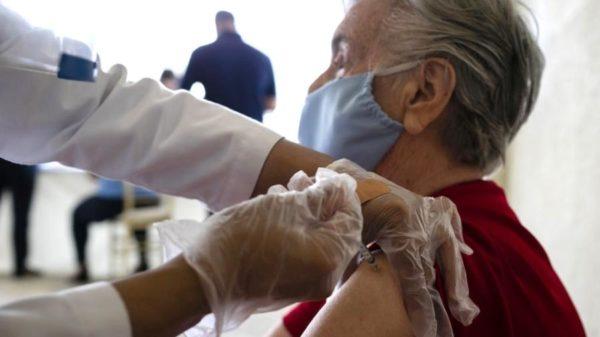 idosa é vacinada contra covid-19