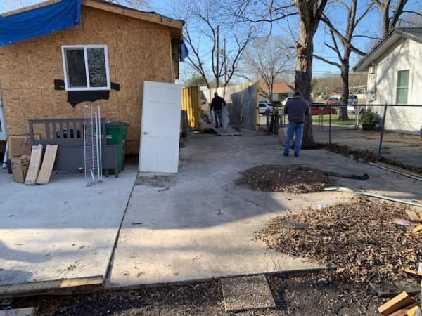 ex-combatentes reformam casa de veterano de guerra