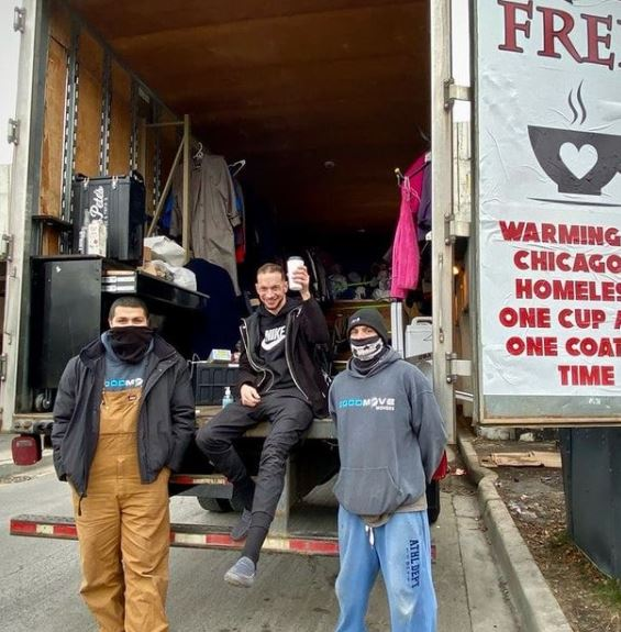 Empresário de Chicago recolheu e distribuiu 6 mil agasalhos entre pessoas em situação de rua nos EUA