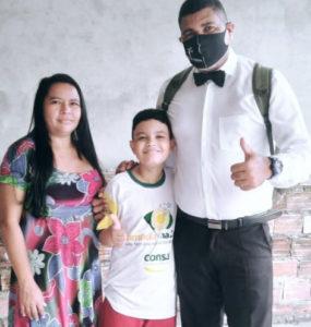 Frank Lopes ao lado da esposa e do filho