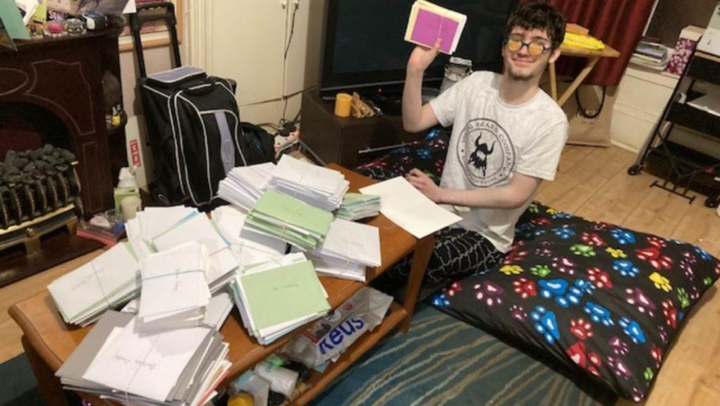 Jovem autista envia cartas aos profissionais da saúde britânica