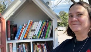 Jennifer Williams doa livros aos jovens de Danville