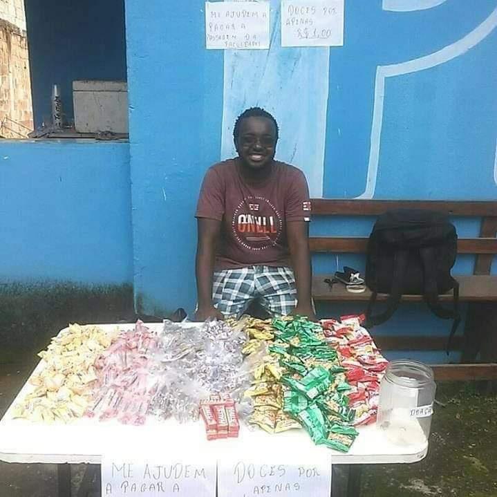 jovem vendendo doces para pagar a faculdade