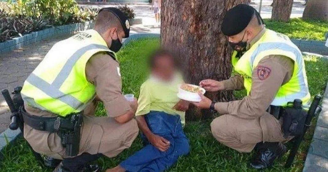 Policiais alimentam morador de rua com deficiência MG