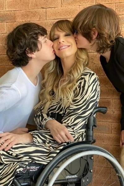 Andrea Schwarz recebe beijos de seus dois filhos