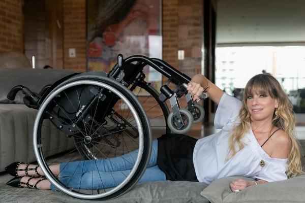 Andrea Schwarz posa para foto com cadeira de rodas