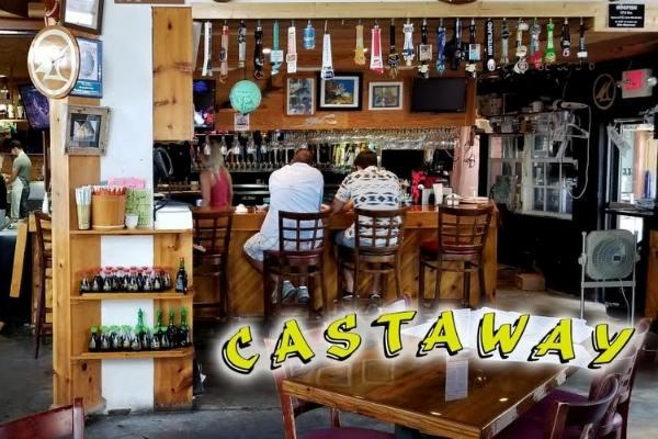 pessoas sentadas no restaurante americano Castaway Waterfront Restaurant & Sushi Bar