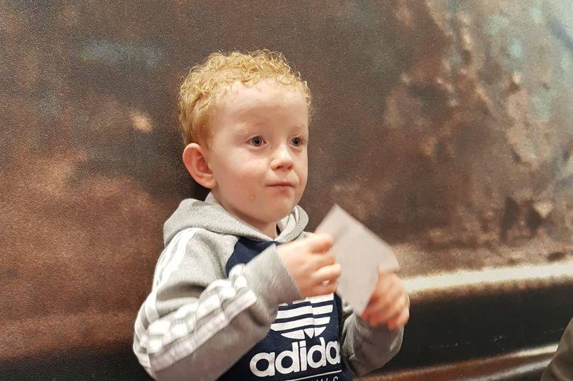Menino autista Edward Gilligan com 5 anos de idade