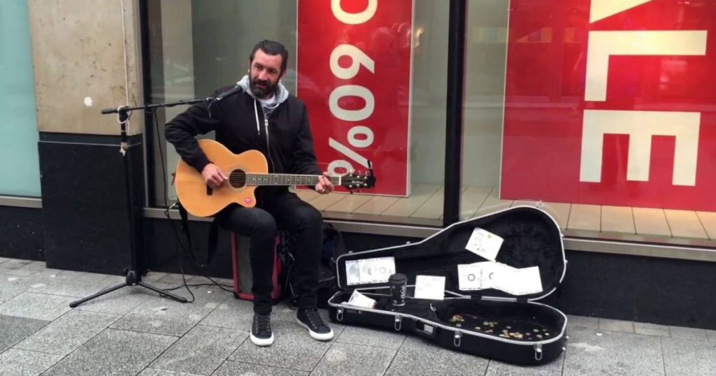 Mick cantando pelas ruas de Dublin