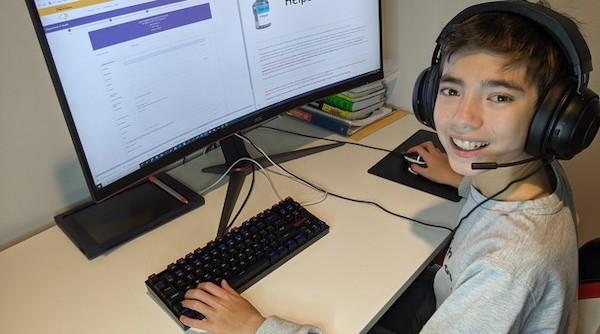 Samuel Keusch no computador. Ele criou com o pai um site que ajuda idosos a agendarem vacinação contra a covid