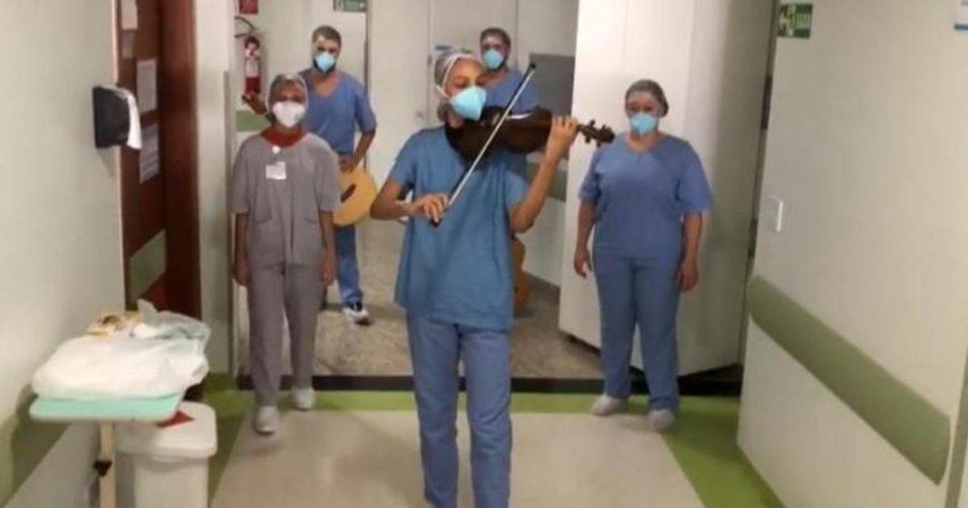 [VÍDEO] Funcionários de hospital fazem serenata emocionante para pacientes com Covid-19