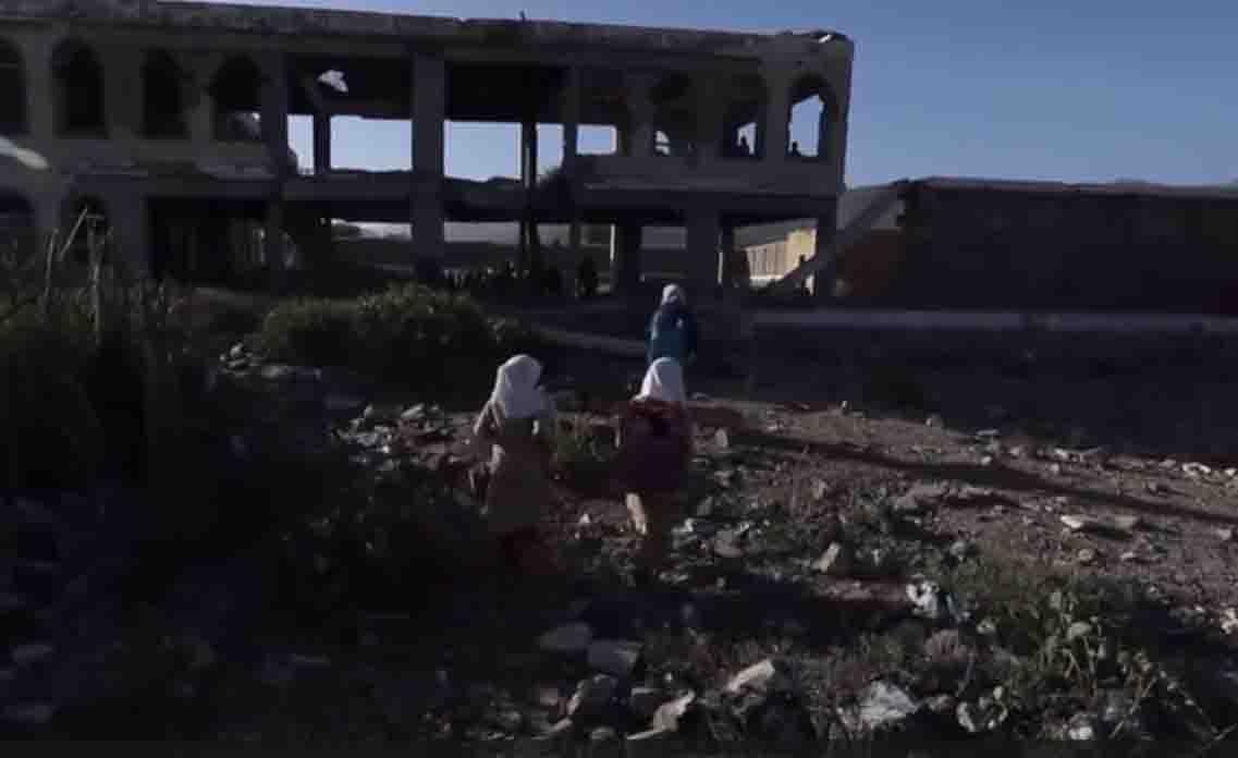 crianças caminhando direção escola destruída iêmen
