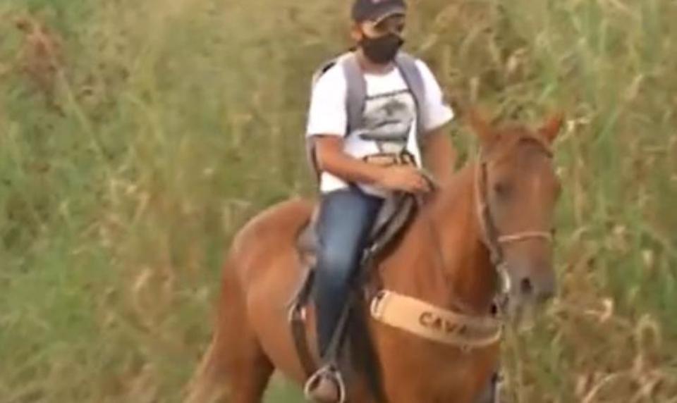 estudante cavalga égua buscar tarefas escola