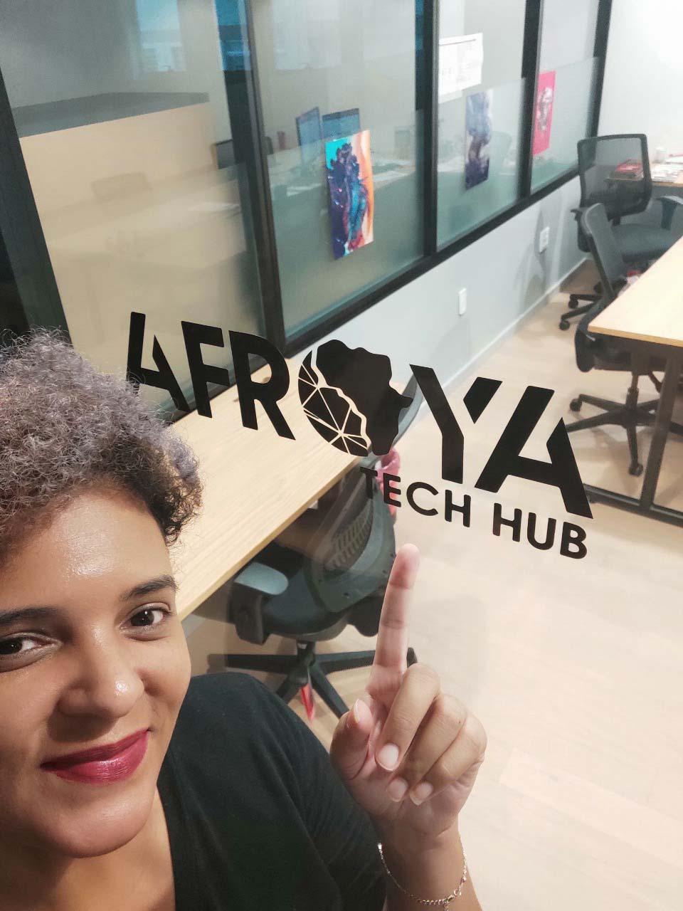 mulher apontando dedo adesivo afroya tech hub porta escritório wework