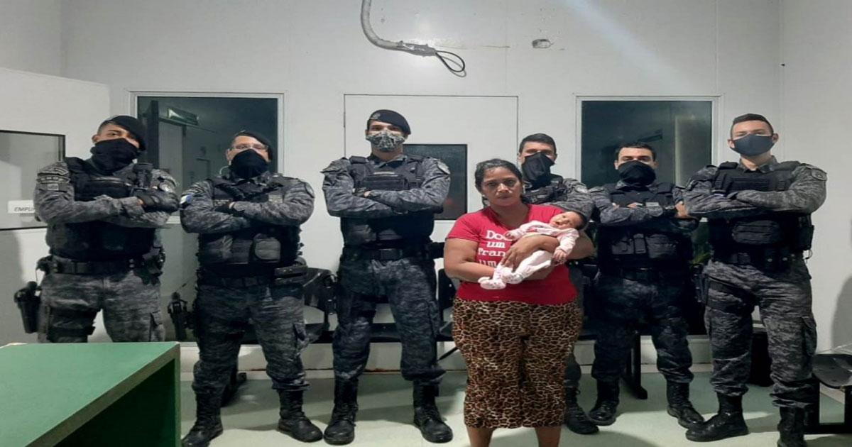Polícias militares após regaste de bebê em AL