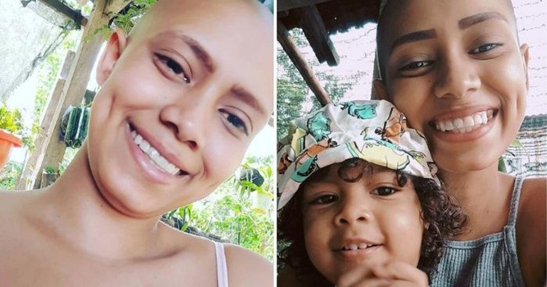 Fernanda e filha pequena sorrindo