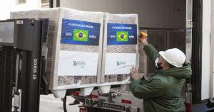 Vacina Coronavac sendo colocada em caminhão