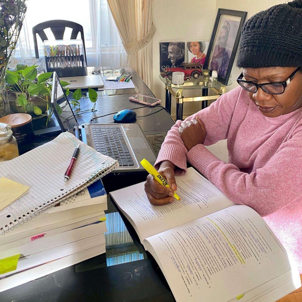 Depois de 10 anos de estudos, mãe de 4 passa em prova. Na foto, Evelyn Uba estuda sobre mesa