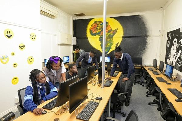 Alunos durante aula de informática na ONG Fábrica dos Sonhos