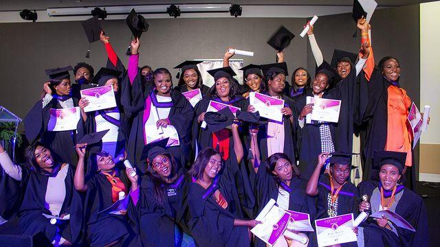 Lusanda ajuda jovens carentes na África; na foto, alunos comemoram durante colação de grau