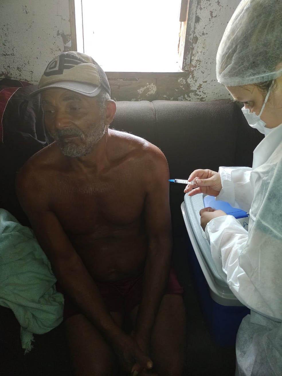 profissional de saúde vacina idoso contra coronavírus