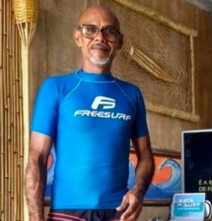 Homem de camisa azul