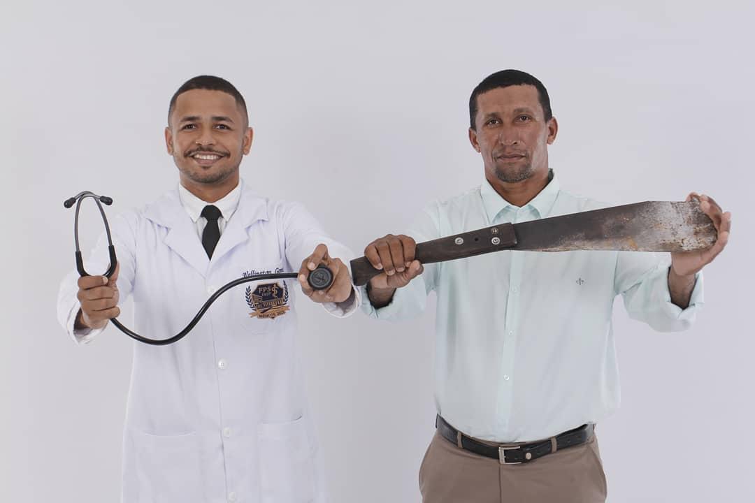 médico segurando estetoscópio e pai segurando facão