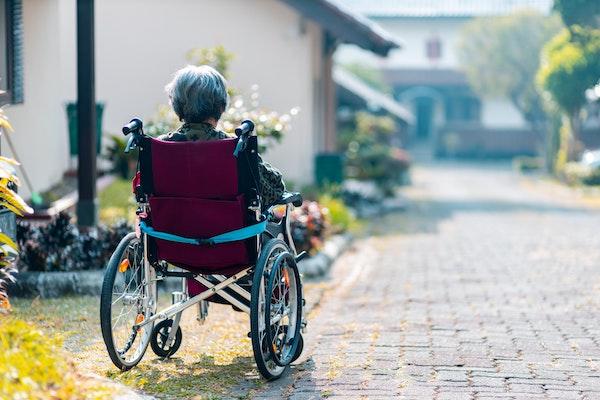 exame sangue detecta alzheimer anos antes; na foto, idosa em cadeira de rodas