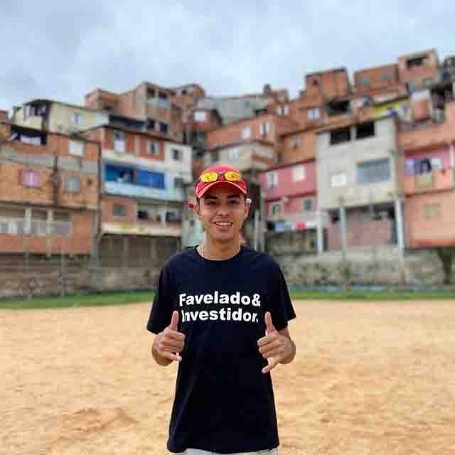 jovem criador favelado investidor campo futebol favela