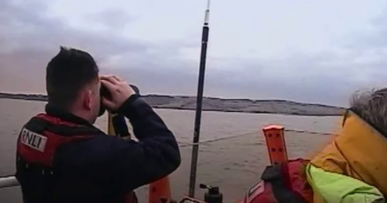 salva-vidas usa binóculo para olhar ilha