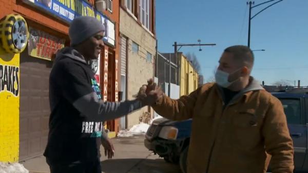 homem ajuda vitimas roubo carro 3