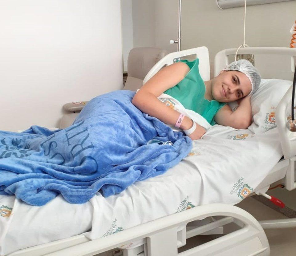 jovem deitada cama hospital após doação medula óssea