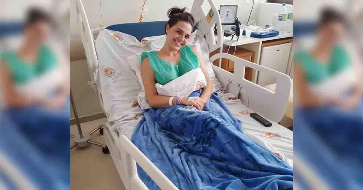 jovem sorrindo cama hospital após doação medula óssea