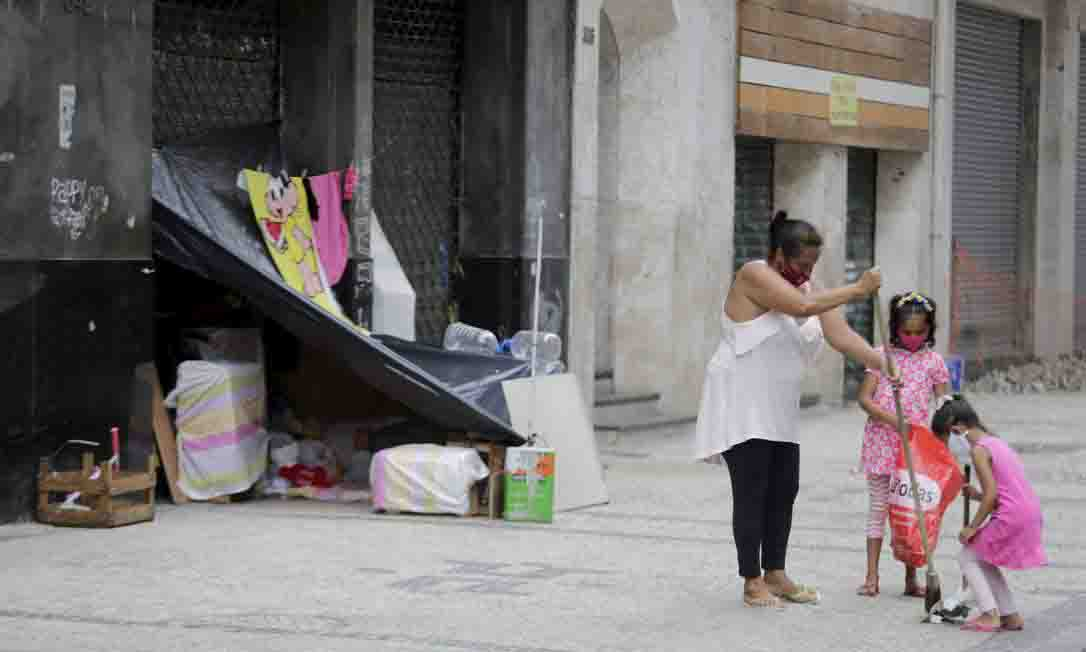mãe vive filhas rua varre calçada