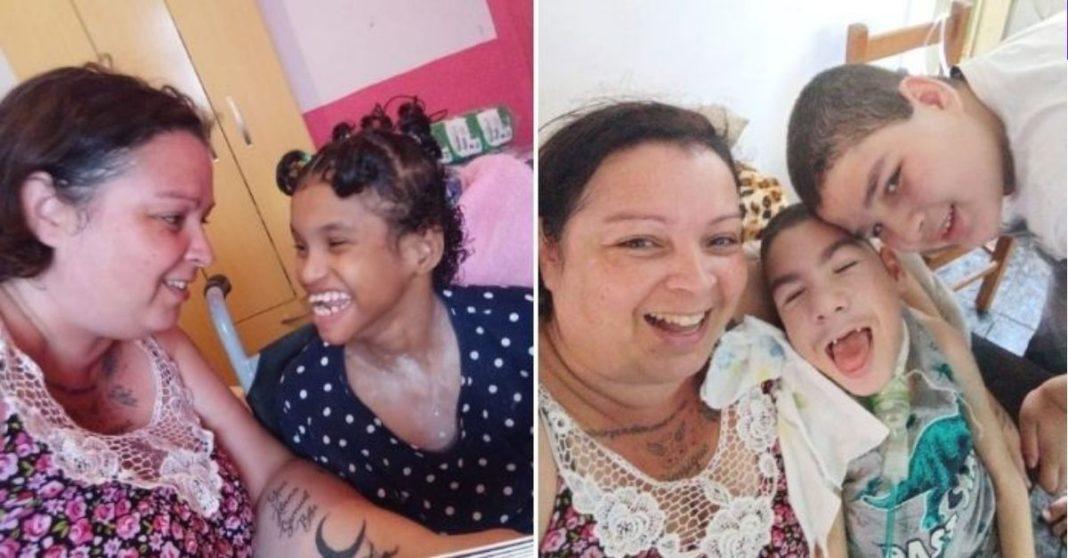 Mãe com filhos deficientes sorrindo