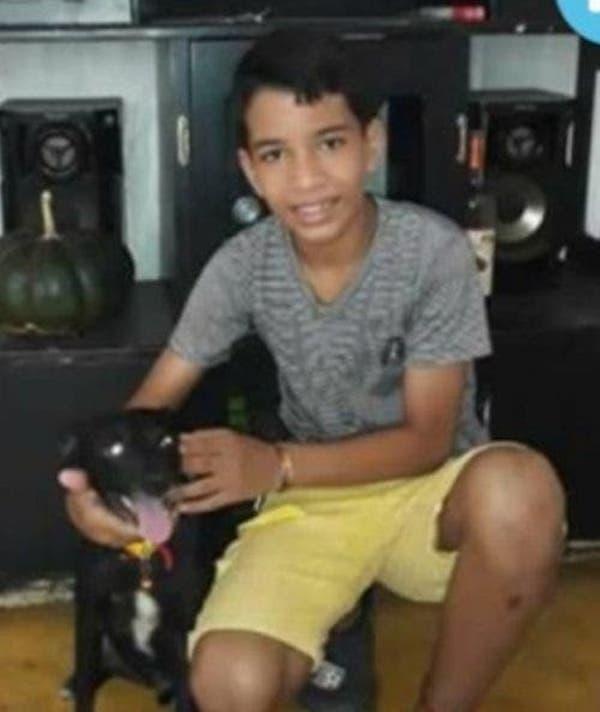 menino com cachorro; garoto tem asperger e vende seus desenhos para ajudar a mãe comprar comida