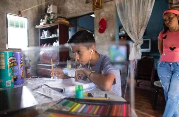 menino com asperger cria desenhos sentado em mesa