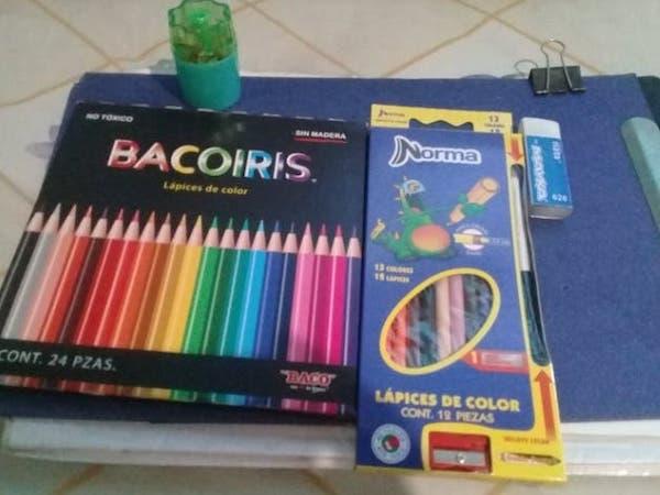Caixas de lápis de cor e papéis