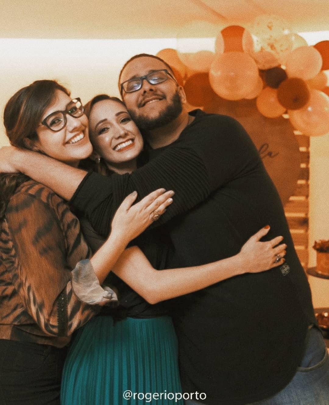 menino com leucemia recebe surpresa de irmãs