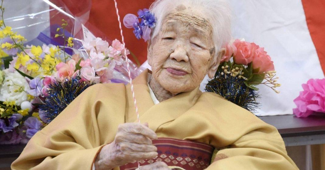 mulher mais velha tocha olimpica capa