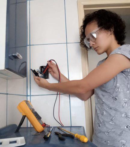 mulher realiza serviço de manutenção